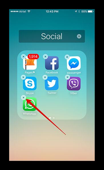 Начало удаления WhatsApp с рабочего стола на iPhone